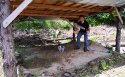 【水遊び】砂場にホースを引きました!